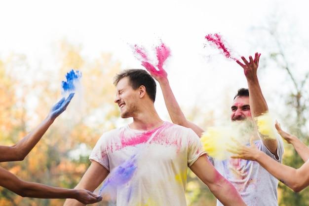 Amis célébrant le festival des couleurs