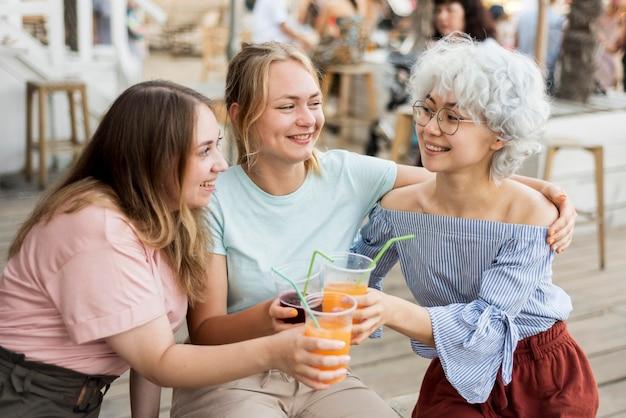 Des amis célébrant la fin du coronavirus