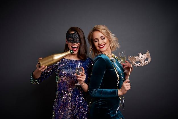 Amis célébrant le nouvel an avec champagne