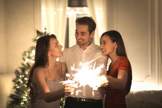 Amis célébrant le nouvel an