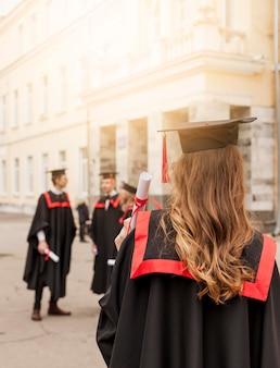 Amis célébrant la remise des diplômes