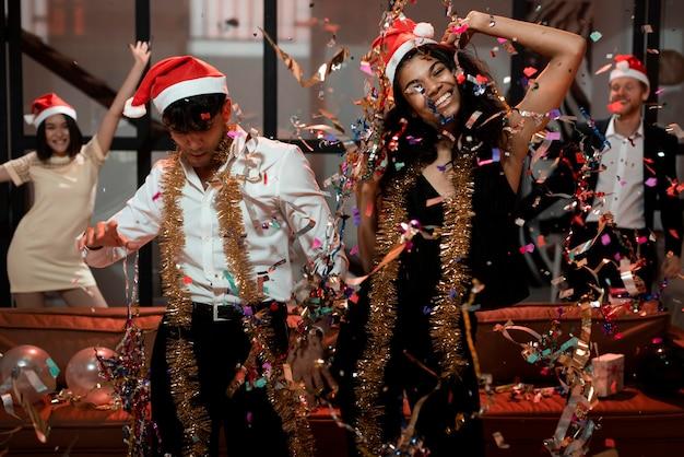 Amis célébrant le réveillon du nouvel an
