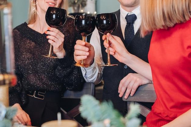 Des amis célèbrent le nouvel an à la maison
