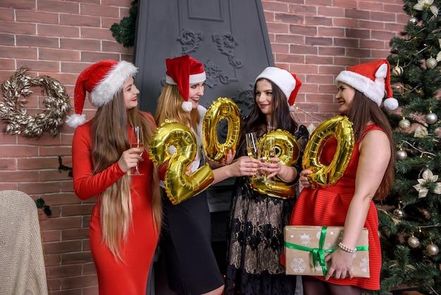 Amis avec champagne célébrant ensemble le nouvel an