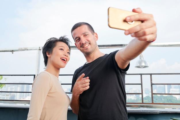 Amis ou collègues parlant de selfie