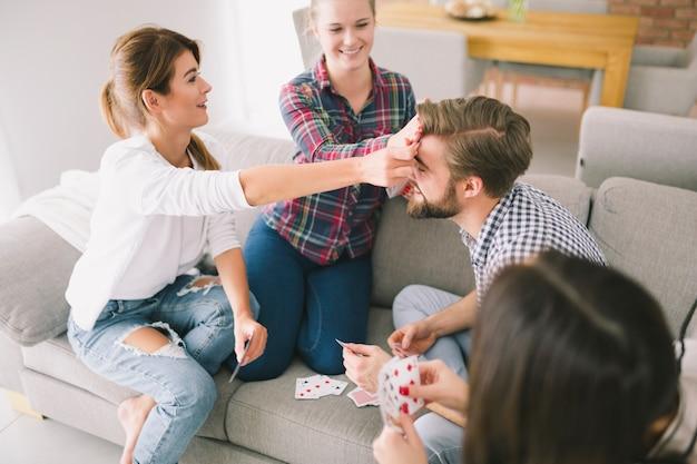 Amis de contenu s'amuser avec des cartes à jouer