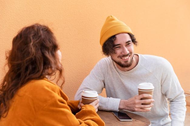 Amis de coup moyen avec du café