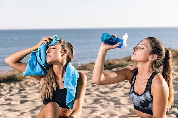 Amis coup moyen hydratant sur la plage