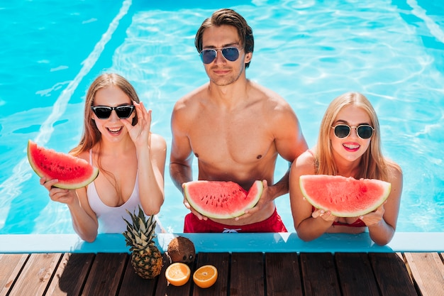 Amis coup moyen posant avec melon d'eau