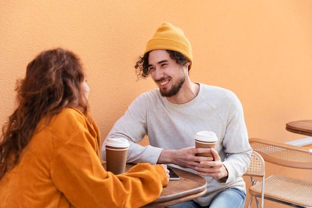Amis de coup moyen avec des tasses à café