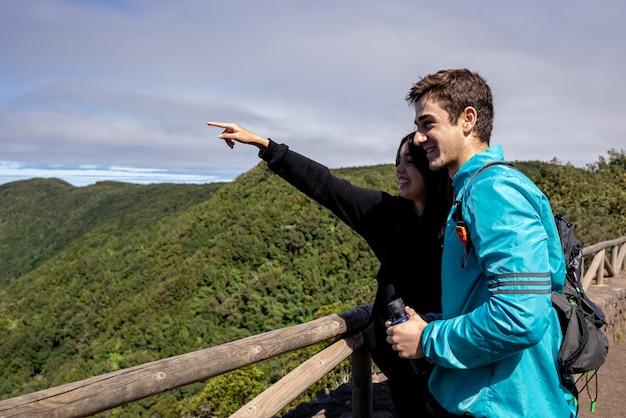 Amis couple randonnée en montagne exploration de la forêt nature
