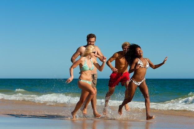 Amis en cours d'exécution sur la plage