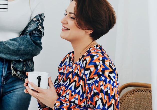 Amis créatifs prenant un café ensemble à la maison