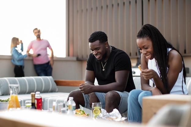 Amis cuisinant ensemble sur un barbecue