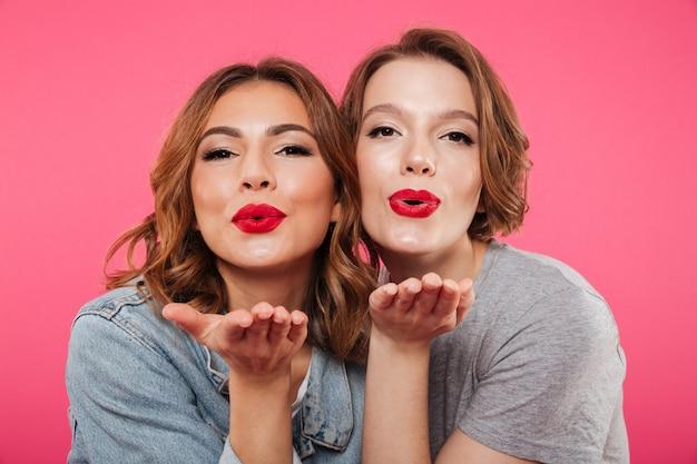 Amis de dames émotionnelles soufflant des baisers