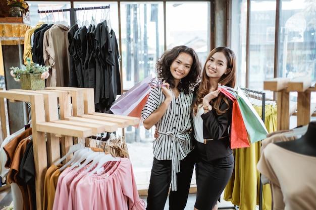 Amis dans le centre commercial de la mode
