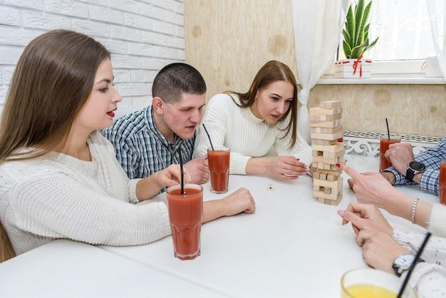 Amis dans un pub, manger de la pizza et jouer au jeu de la tour
