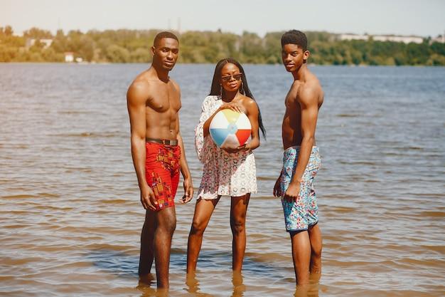 Amis dans une rivière d'été