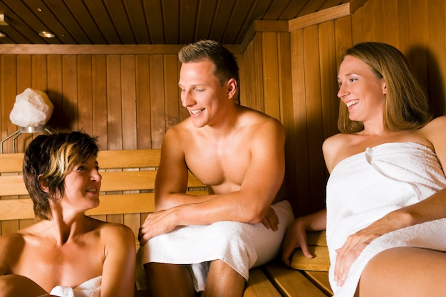 Amis dans le sauna