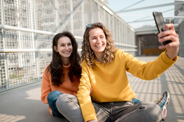 Amis dans la ville prenant un selfie