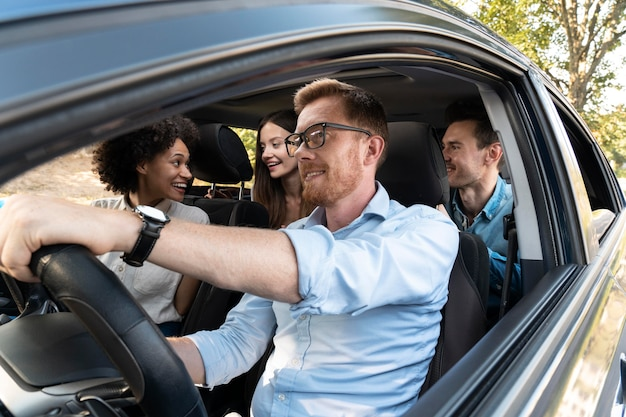 Amis dans une voiture faisant un voyage ensemble