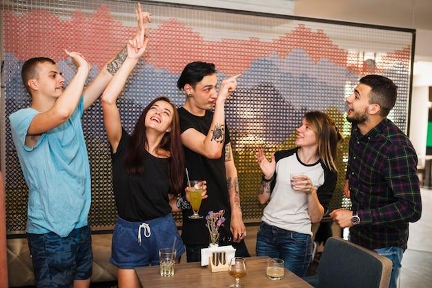 Amis dansant et appréciant des boissons au restaurant