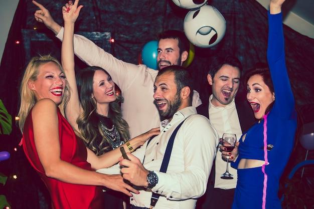 Amis dansant et riant