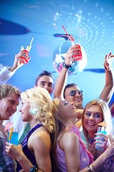 Amis danser et boire des cocktails