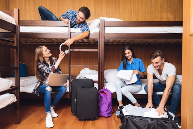 Des amis déballent leurs bagages et écoutent de la musique.