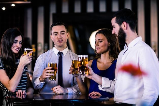 Amis discutant et buvant une bière dans un bar