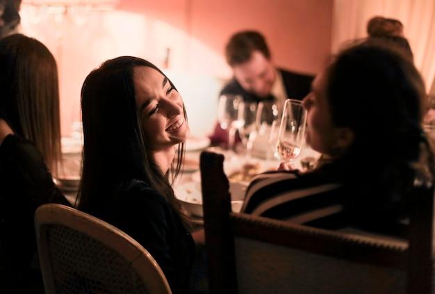 Amis discutant pendant le dîner