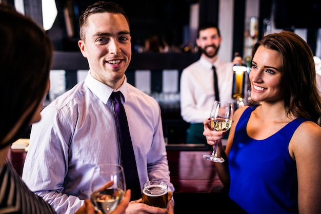 Amis discutant et prenant un verre dans un bar