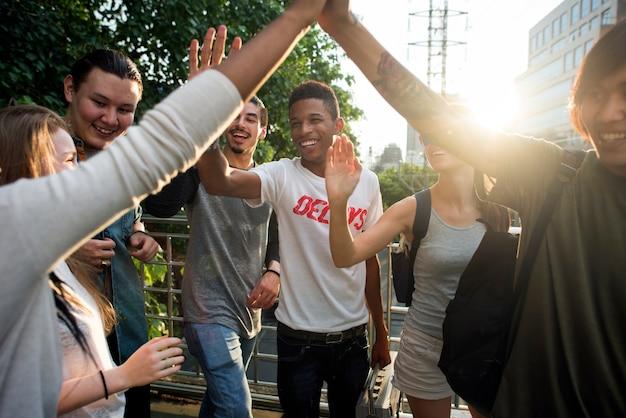 Amis donnant des high five