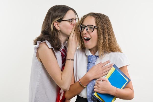 Des amis du lycée heureux sont des adolescentes