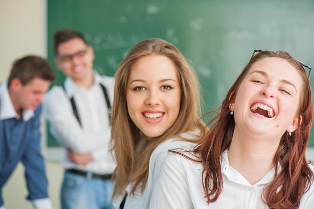 Amis du secondaire à l'école