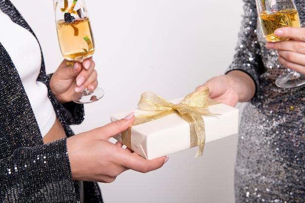 Amis échangeant des cadeaux