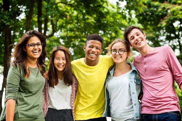 Des amis d'école qui traînent ensemble