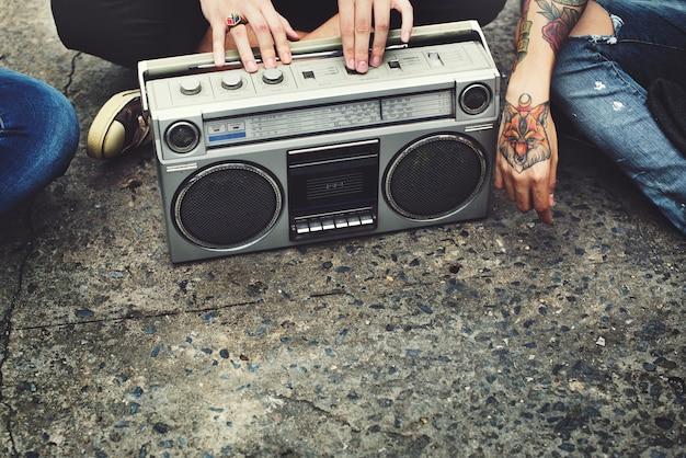 Amis écoutant de la musique