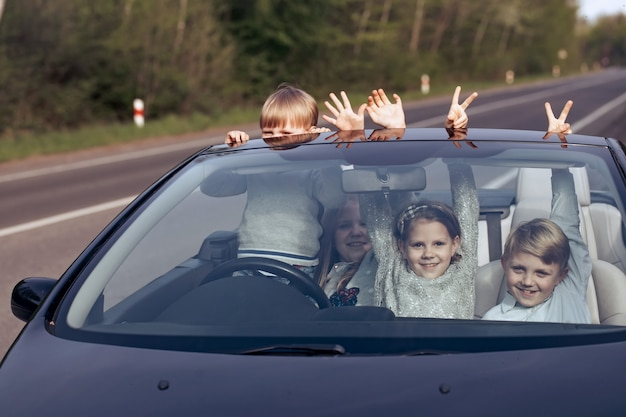 Amis d'enfants heureux en voiture