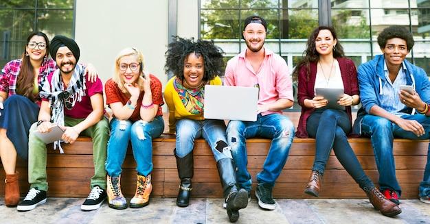 Amis ensemble amitié heureux profiter concept