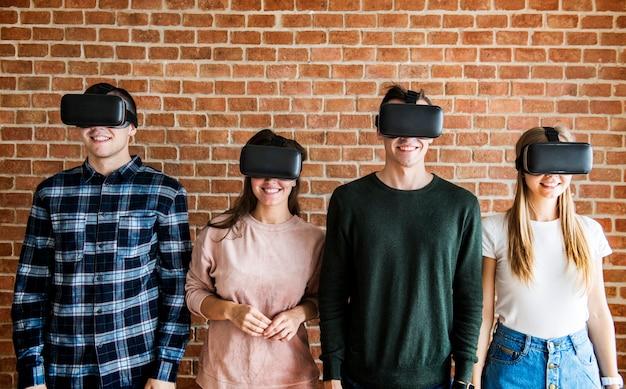 Amis essayant des casques de réalité virtuelle