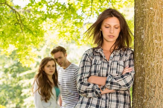 Amis étudiants intimidant une fille sans amis