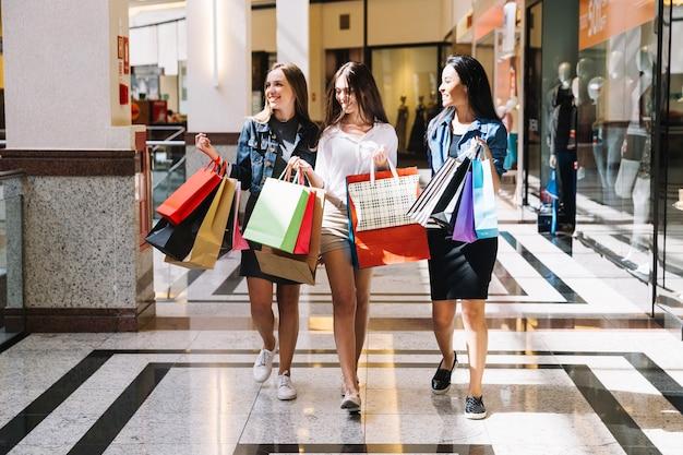Des amis excités appréciant faire du shopping