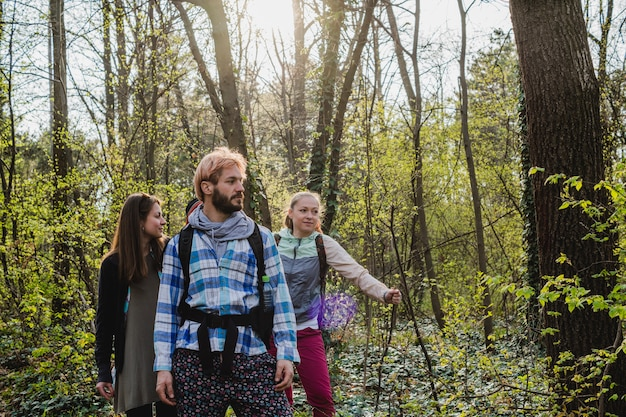 Amis explorant la forêt