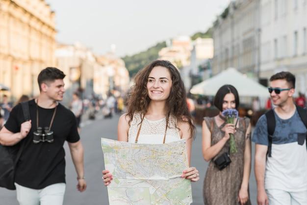 Amis explorant la ville avec la carte