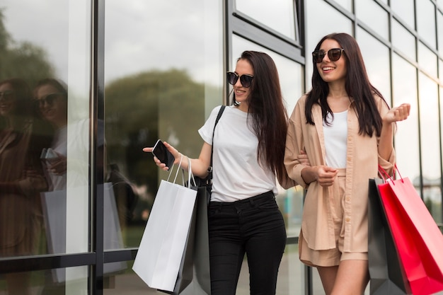 Amis, faire du shopping ensemble au centre commercial
