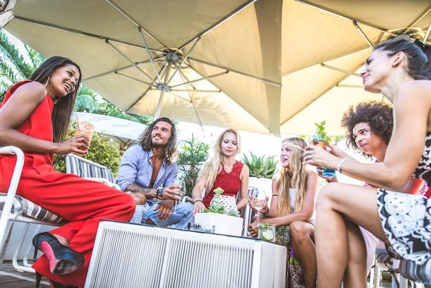Amis, faire la fête dans un bar-salon