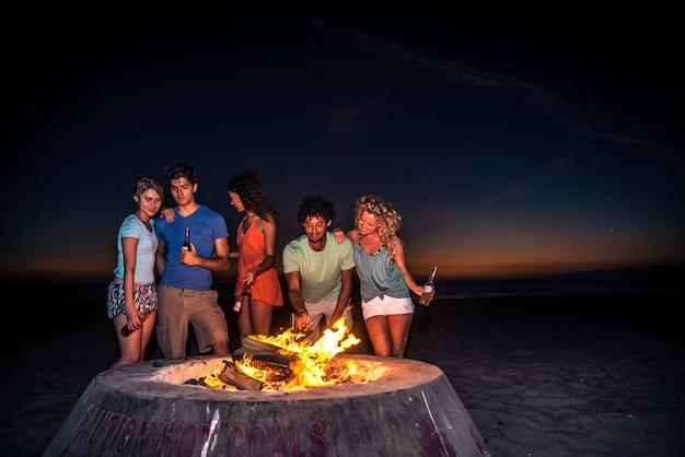 Amis faire la fête sur la plage