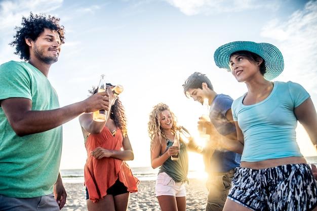 Amis, faire la fête sur la plage
