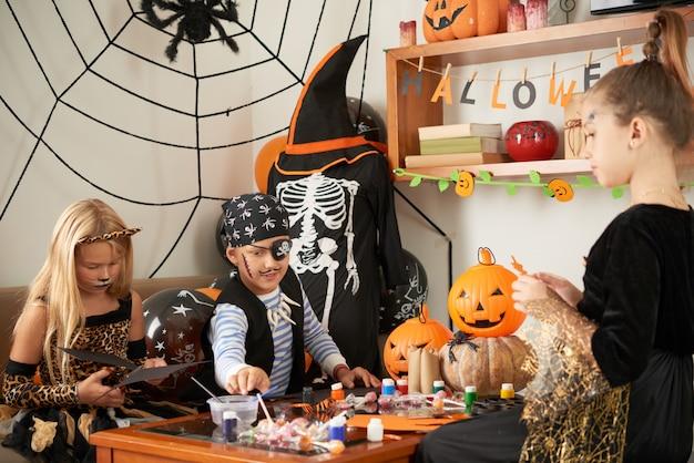 Amis faisant de l'artisanat pour halloween